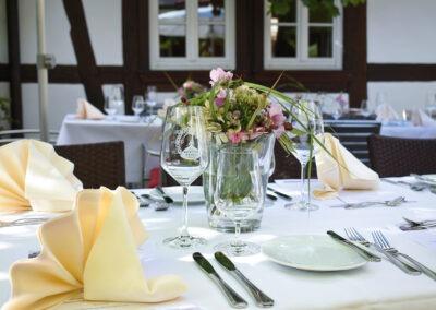 Gedeckter Tisch mit Blumenvase