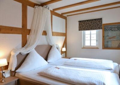 Schlafzimmer mit Doppelbett als Teil der Familienzimmer