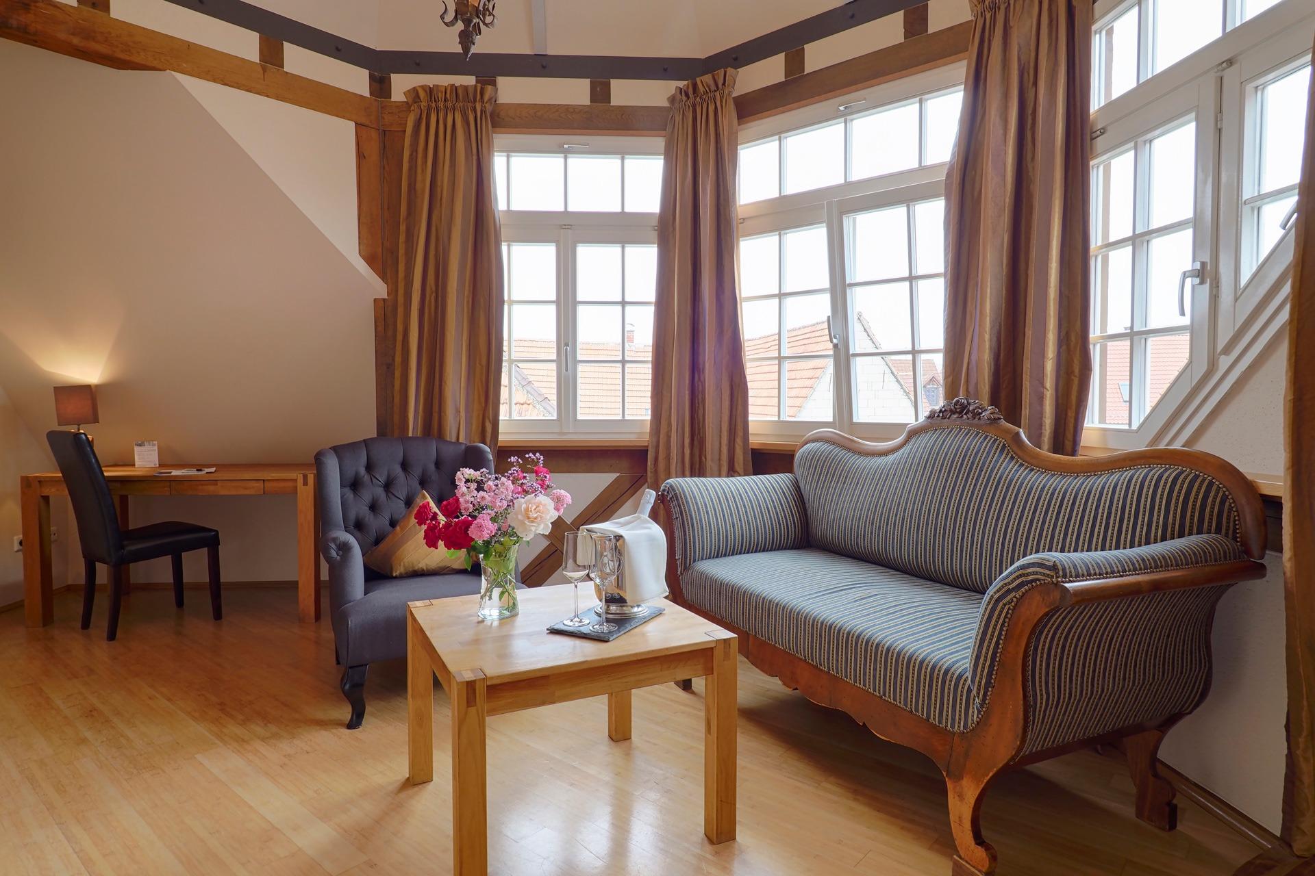 Suite Erker mit Couch und Sessel